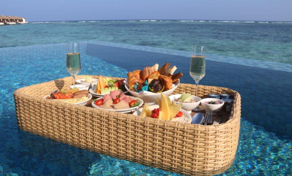 """The Residence Maldives propone uno speciale menu degustazione """"Wine & Dine""""   presso il suggestivo ristorante sull'acqua """"The Falhumaa""""."""