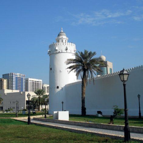 Abu Dhabi, non è  solo mare e lusso senza fine: la capitale emiratina, infatti, ambisce ad affermarsi come una destinazione da prediligere quando si intende dare una piega culturale alla propria vacanza. E, dato il suo ricco patrimonio, non è difficile trovare spunti interessanti.